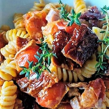 Pasta with sun-dried tomatoes and pancetta.jpg